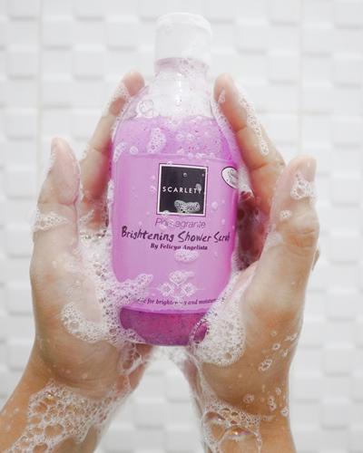 scarlett-brightening-shower-scrub-pomegrante-review-jujur